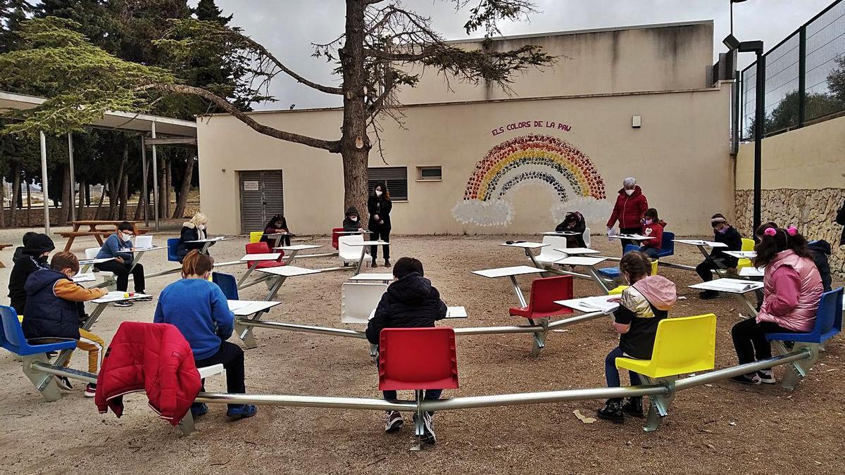 Los escolares leyeron fragmentos de «Oliver Twist» en la nueva aula circular y al aire libre.   A. P. F.