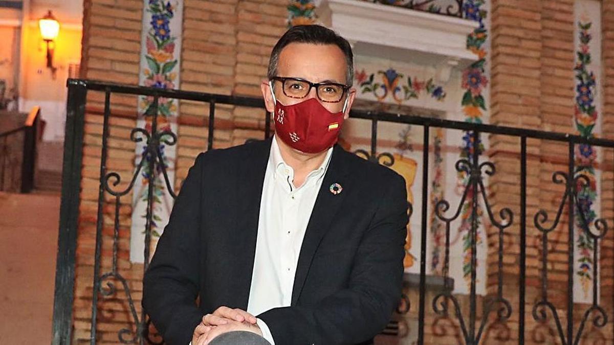 Diego Conesa posa en una calle de Alhama.  Juan Caballero