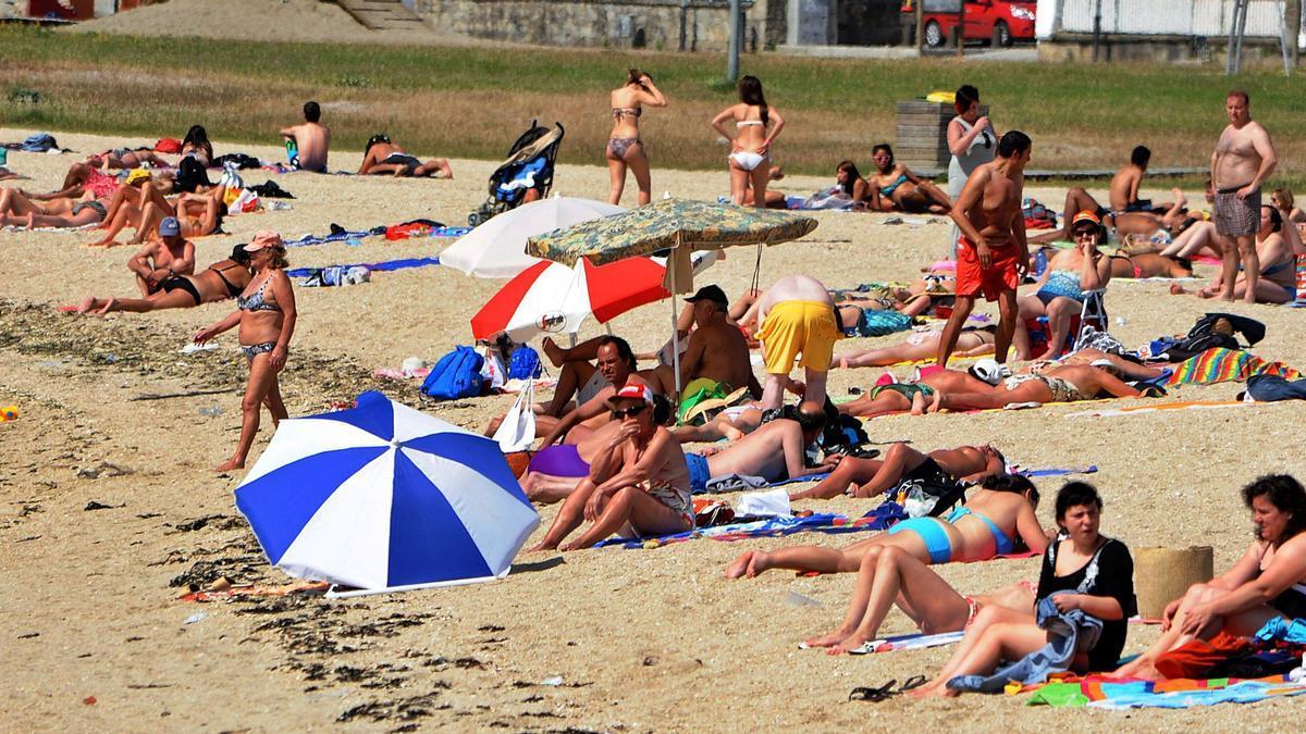 Los vilagarcianos volvieron a disfrutar de la playa de A Concha, ahora con bandera azul