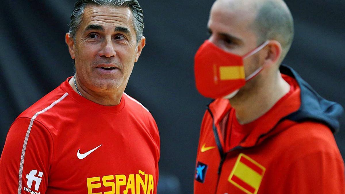 Scariolo y Quino Colom, ayer, en el entrenamiento de España en La Fonteta.  | MIGUEL ÁNGEL POLO/EFE