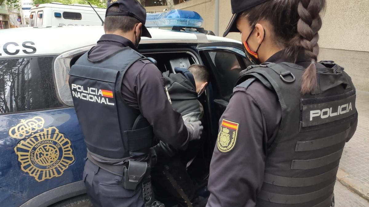 El detenido por disparar balines a varias personas y coches en s'Aranjassa tras amenazar a su pareja.