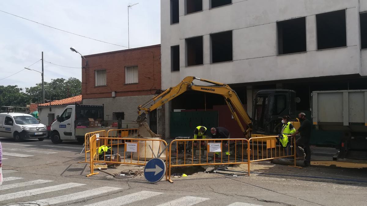 Responsables y operarios de la empresa Aquanex trabajaban sobre la avería, durante esta  mañana en Coria.