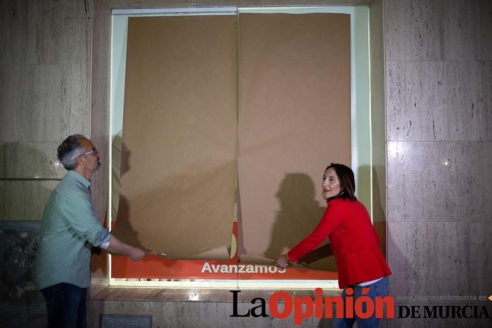 Pegada de carteles en Caravaca