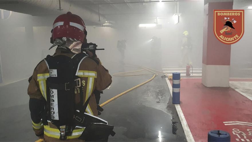 Los bomberos de Alicante extinguen el incendio de un vehículo en el parking subterráneo de un centro comercial