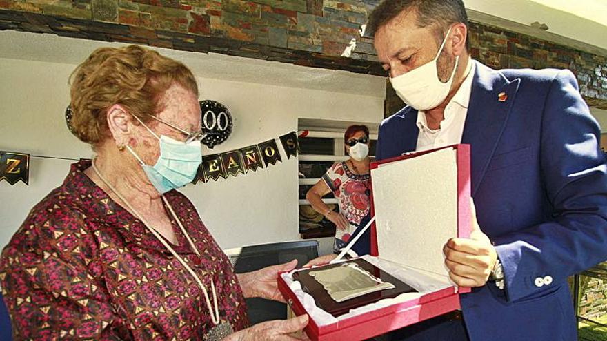 Blanes entrega la Medalla Centenària a una veïna