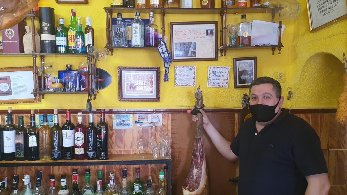 Pelayo Gil Flores posa en el tradicional establecimiento de Montánchez.
