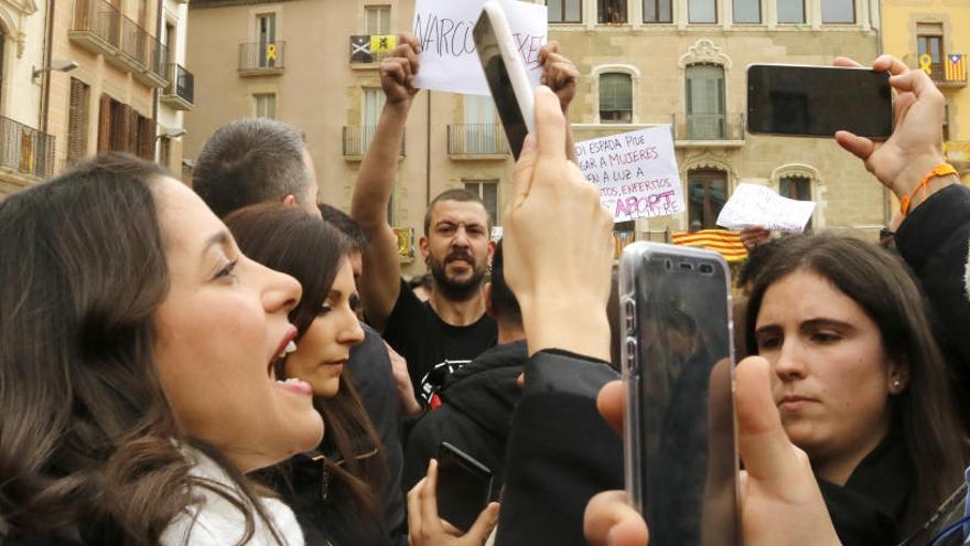 Desenes de persones increpen diputats de Cs a la plaça Major de Vic