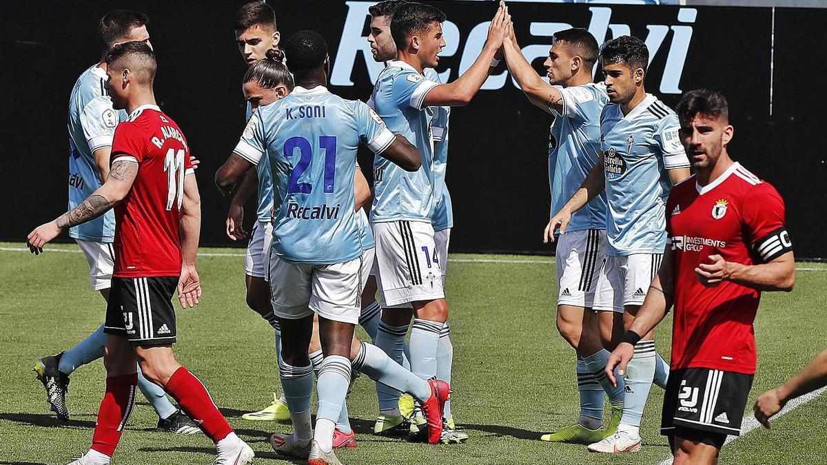 Los jugadores del Celta B festejan el gol de penalti de Manu Justo.  // RICARDO GROBAS