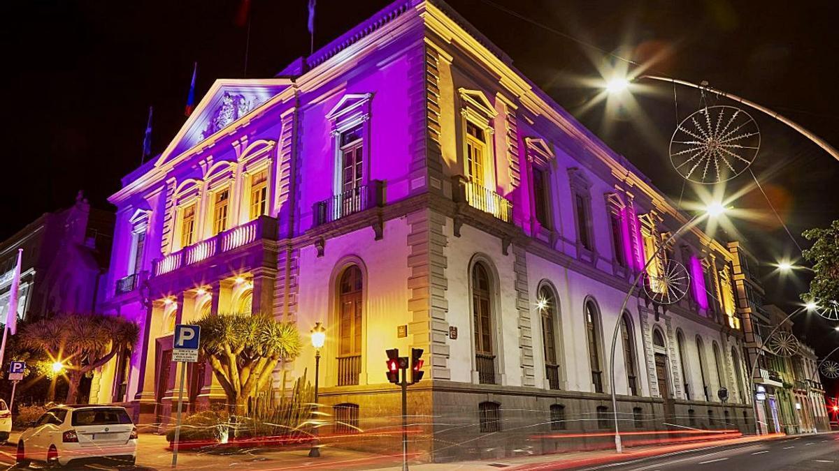 La sede del Ayuntamiento de Santa Cruz, iluminada de violeta en memoria de las víctimas de la violencia machista. | | E.D.