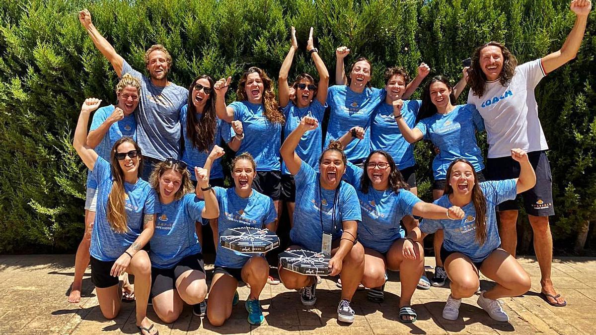 Jugadoras y técnicos del Echeyde Timbeque tras el éxito logrado ayer en Mallorca. | | CN ECHEYDE