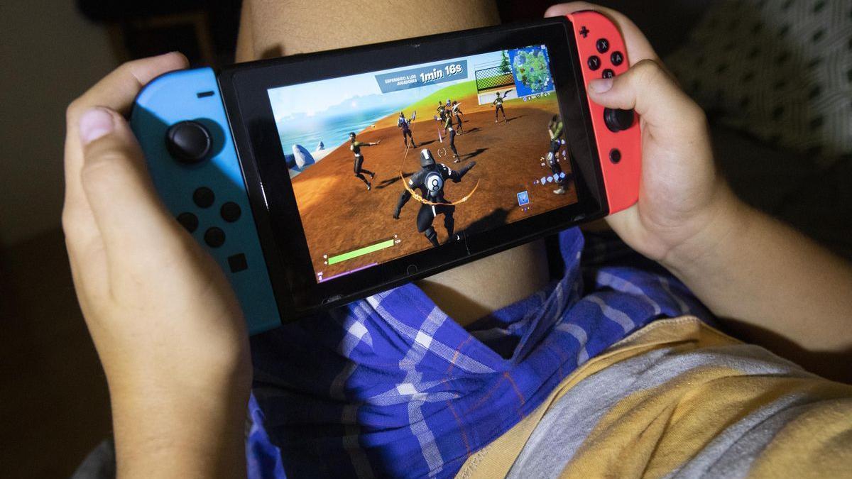 Un adolescente jugando con videojuegos.