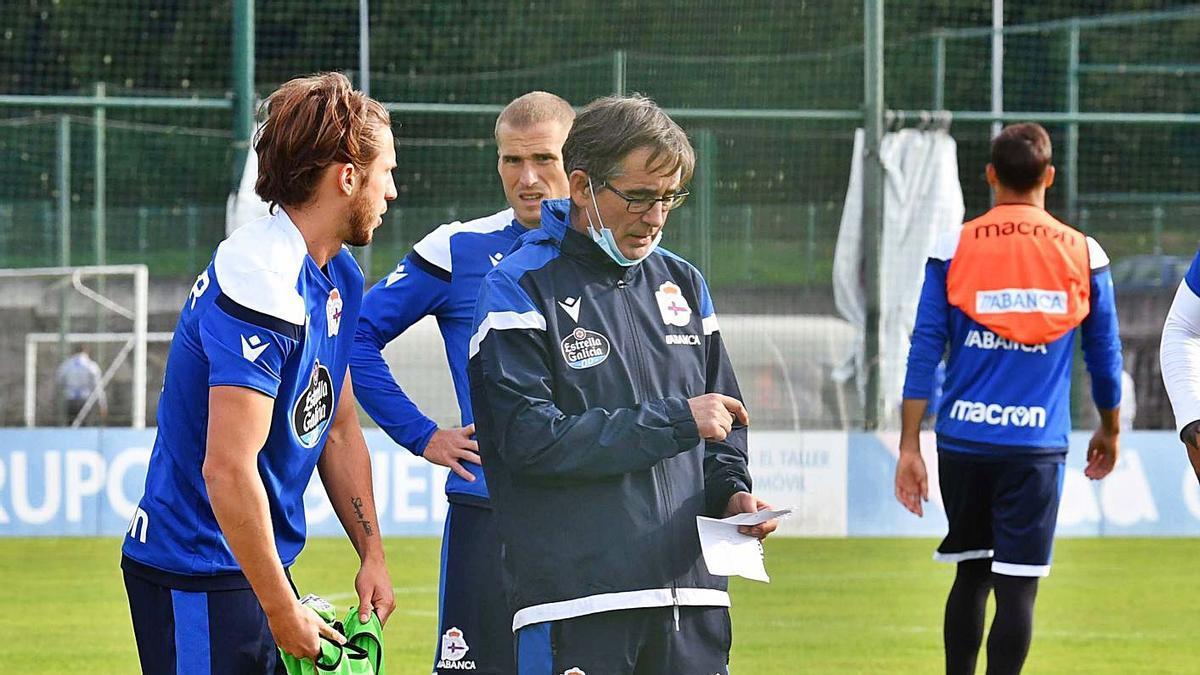 Fernando Vázquez da instrucciones a los jugadores durante un entrenamiento. |  // VÍCTOR ECHAVE