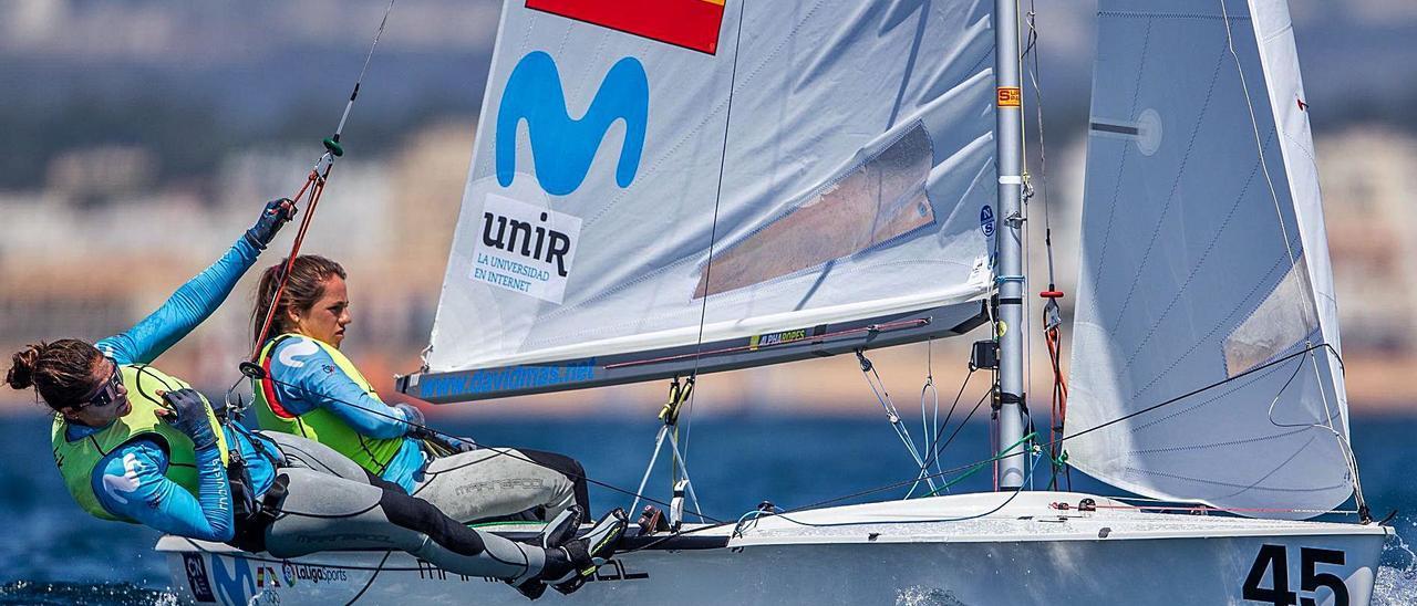 Patricia Cantero -izquierda- y Silvia Mas, durante una de las regatas de ayer en el Campeonato de Europa, en Portugal.     JOAO COSTA/OSGA PHOTO