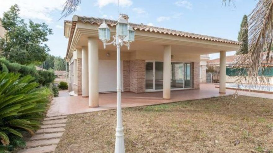 Casas en venta en La Pobla de Vallbona, entorno privilegiado a un paso de la ciudad