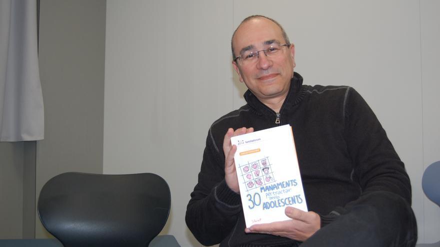 L'escriptor i professor Juanjo Fernández fa una xerrada a famílies a Figueres
