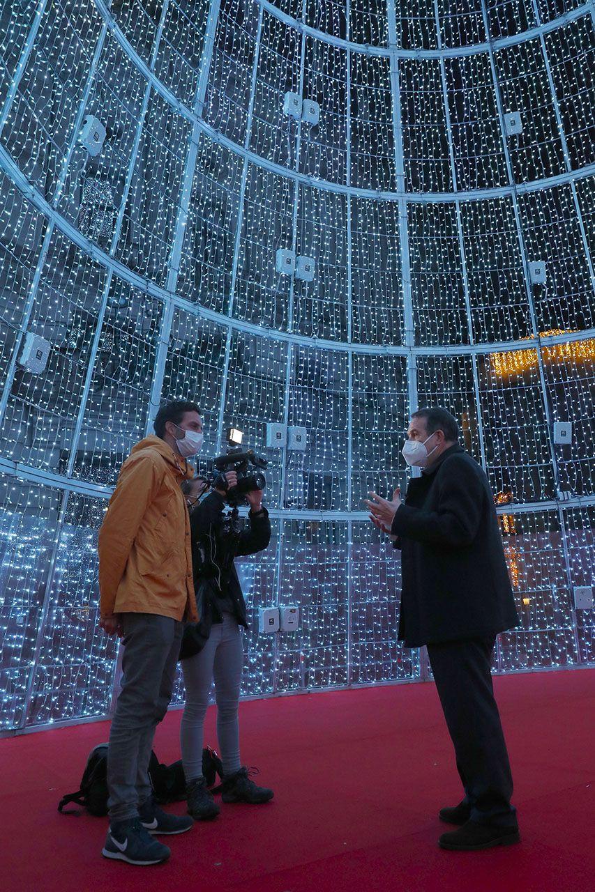 El alcalde, Abel Caballero, atiende a la televisión pública belga