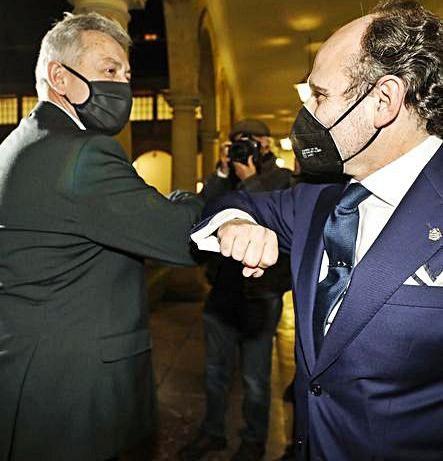 Granda y Villaverde se saludan con el codo tras los resultados. | L. M.
