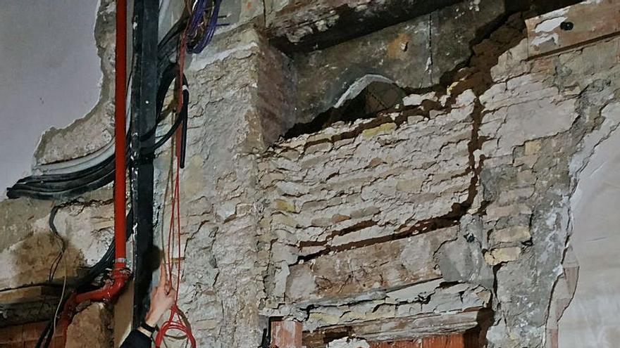 Descubren dos ventanas góticas del Palau de l'Almirall