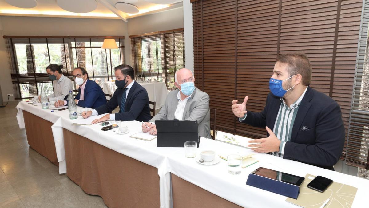 Adrián Ballester, ayer se dirige al resto de asistentes de la reunión entre Cedelco y la Diputación