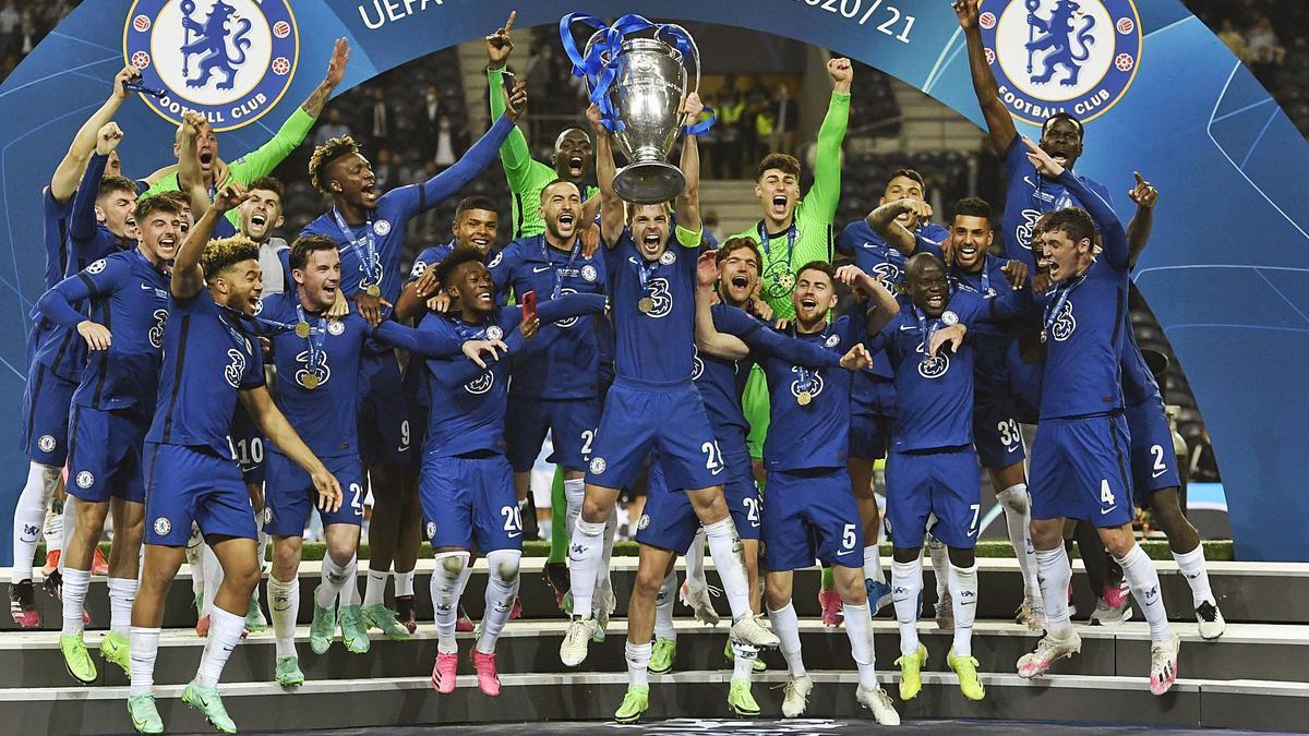 Azpilicueta, capitán del Chelsea, levanta el trofeo de campeón de Europa.