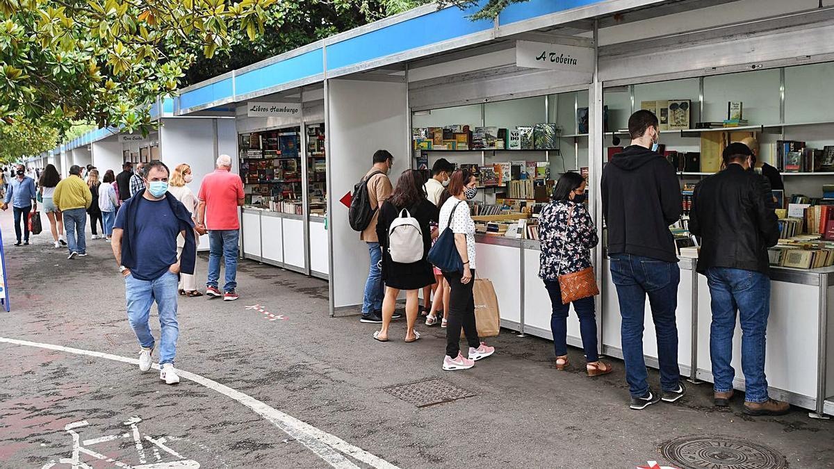 Público en las casetas de la Feria del Libro del año pasado.     // CARLOS PARDELLAS
