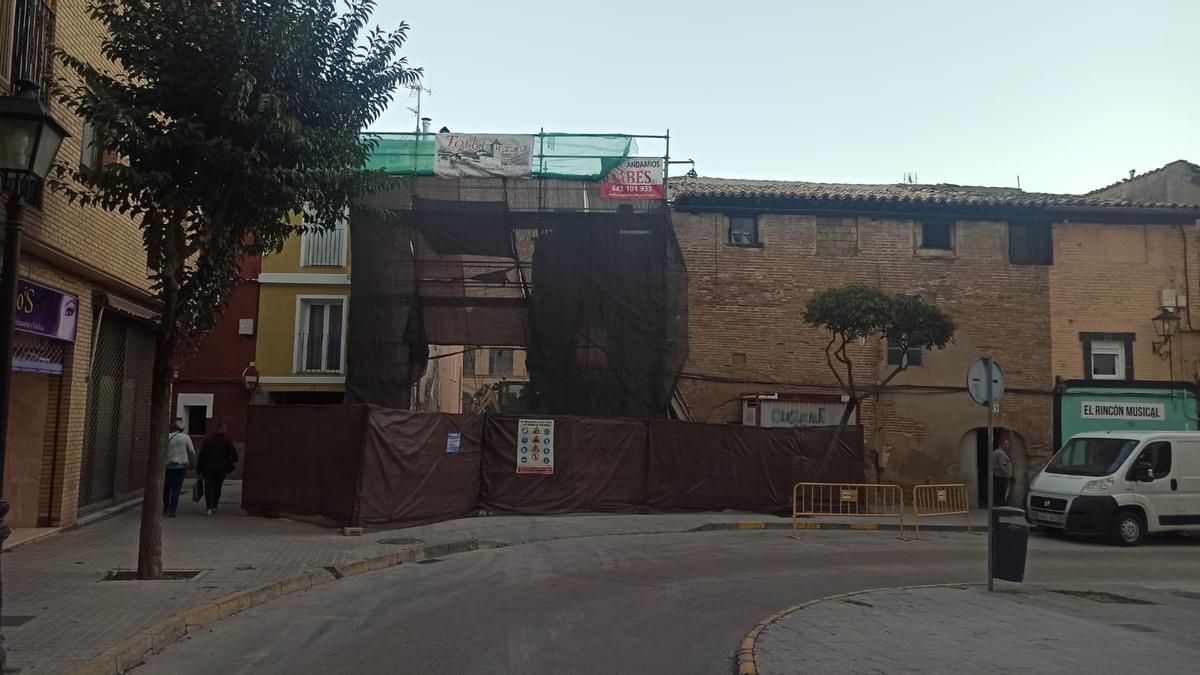 El tramo de la fachada derribada de la antigua judería de Huesca ha sido cubierta por una lona.