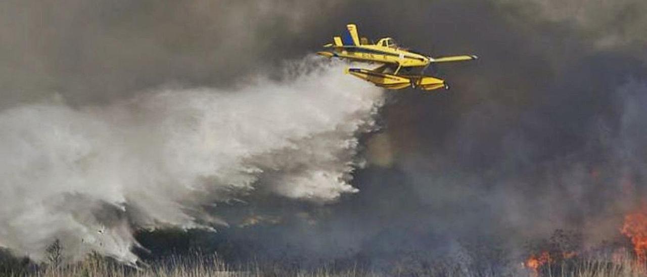 Medios aéreos intervienen para sofocar las llamas. | INFORMACIÓN