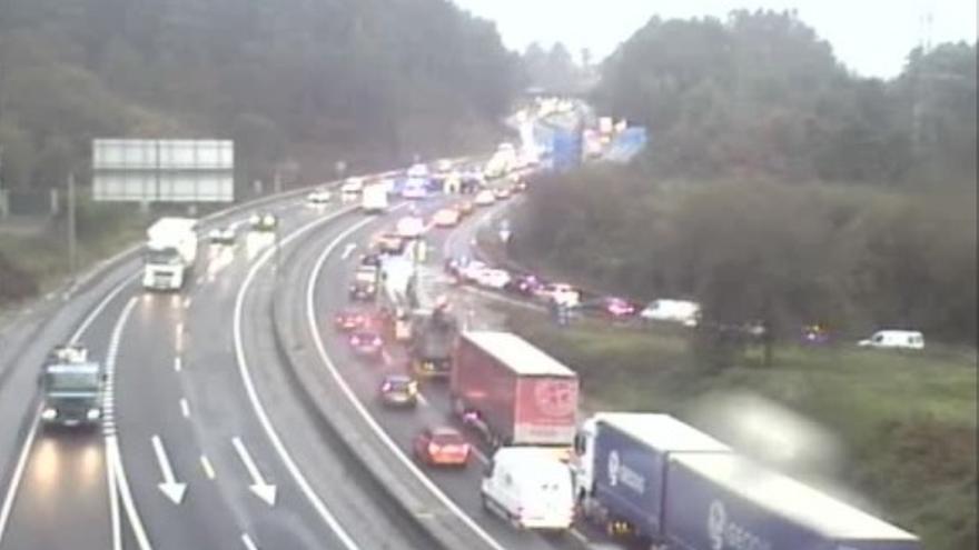 Colapso en la AP-9 en Vigo por una colisión entre varios coches