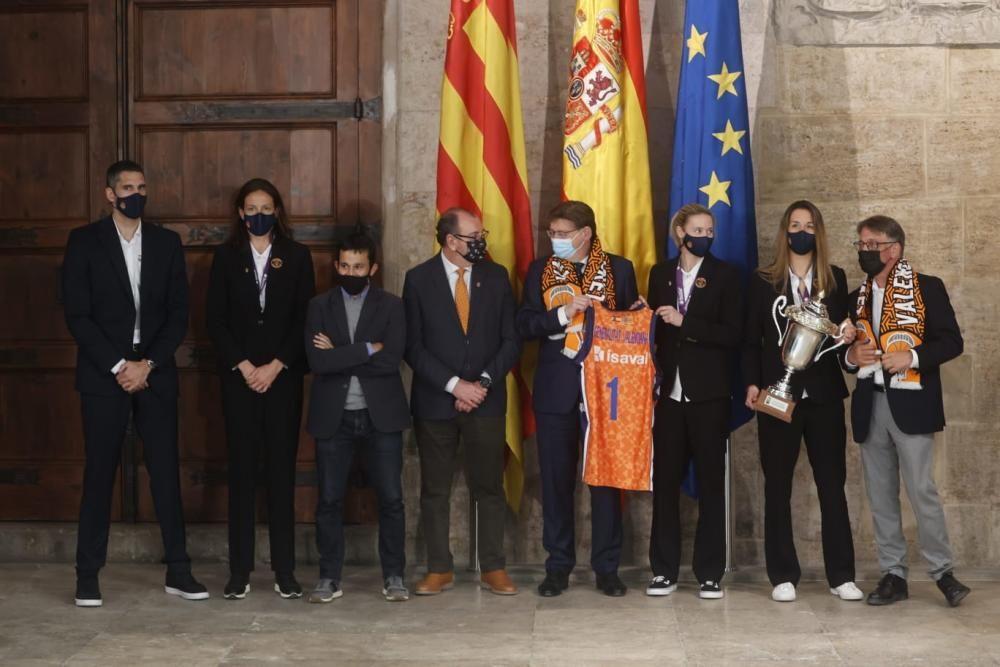 La visita del Valencia Basket a las instituciones
