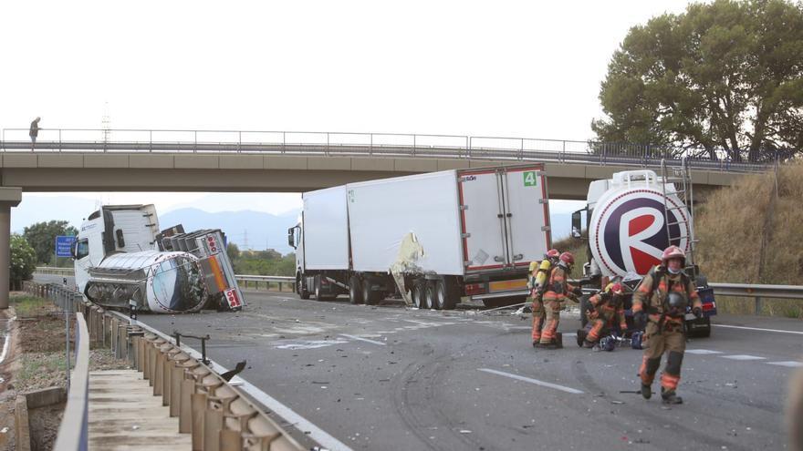 Aparatoso accidente entre tres camiones en la AP-7 en Castelló