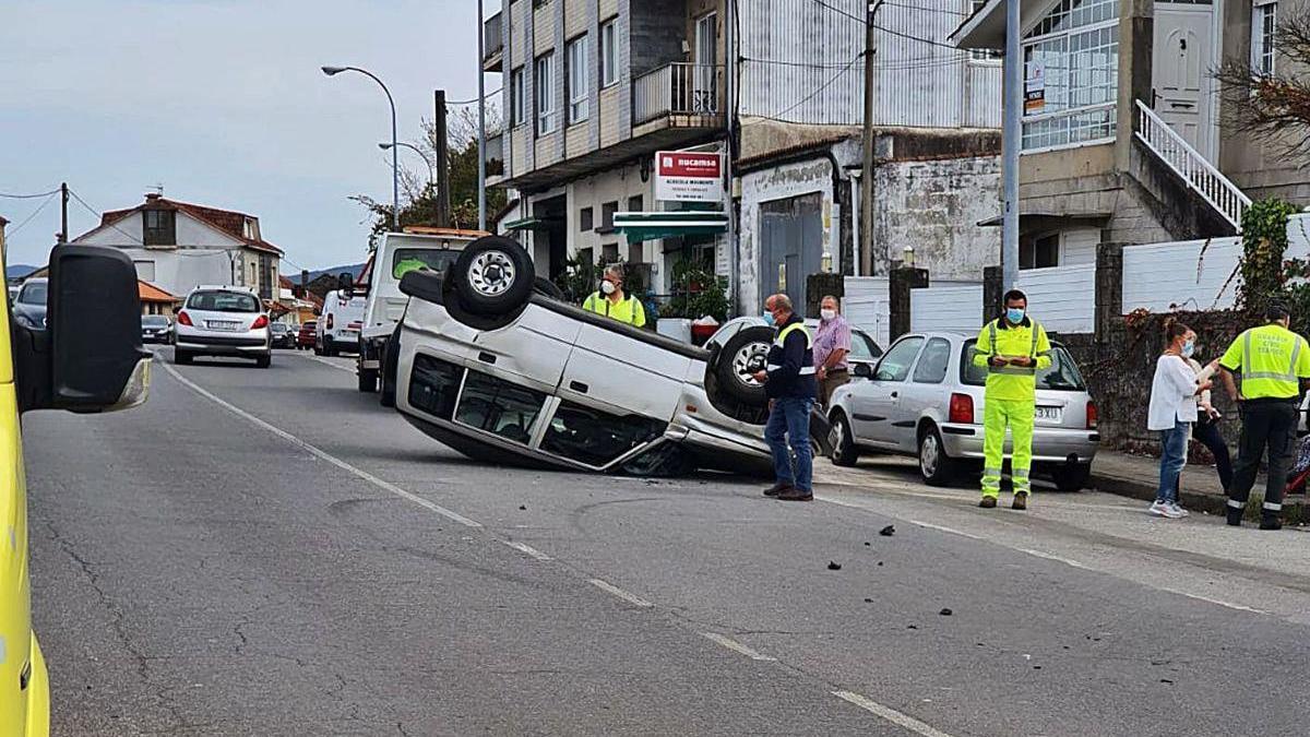 Aparatoso accidente con vuelco a la altura de Mourente
