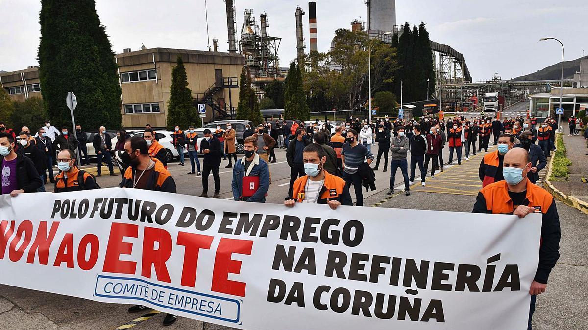 Trabajadores de Repsol con una pancarta contra el ERTE delante de la refinería. |   // VÍCTOR ECHAVE