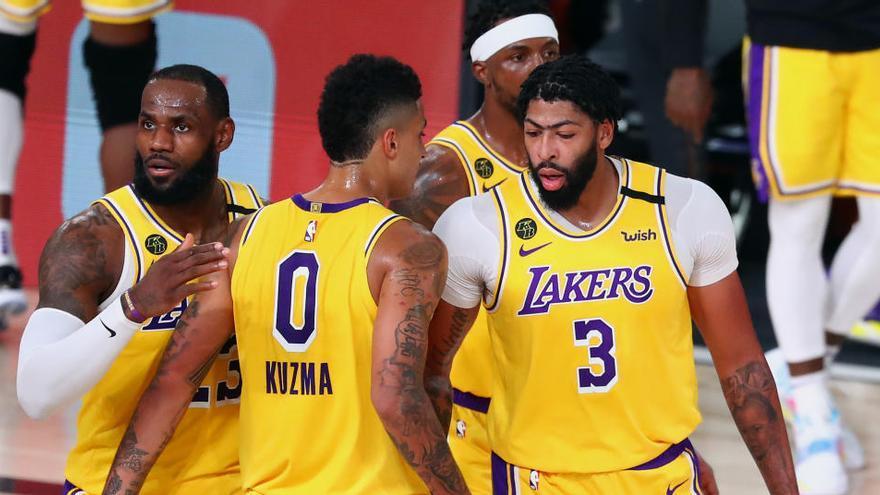Lakers y Bucks empatan sus series y Rockets y Heat amplían su ventaja