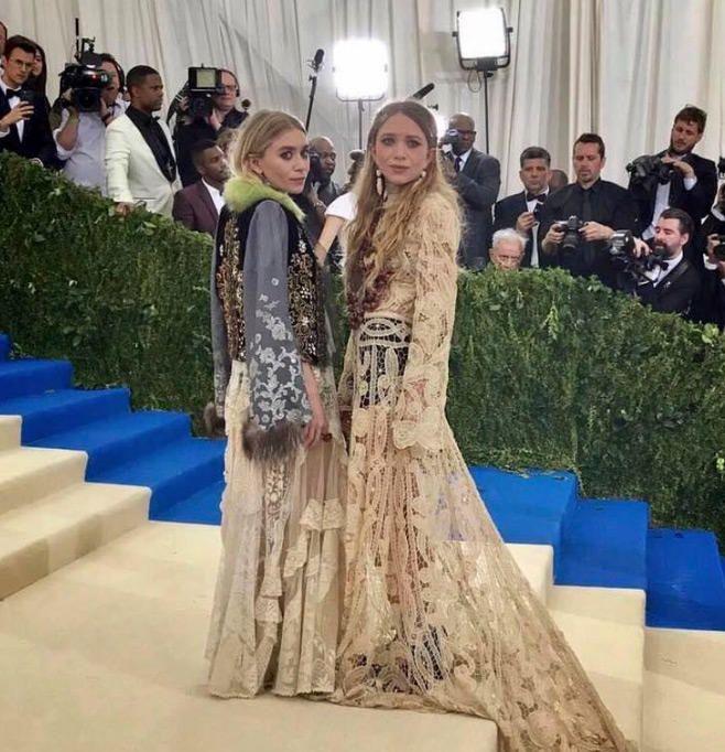 Las hermanas Olsen en su última aparición pública (mayo de 2017). Facebook @elizandjames