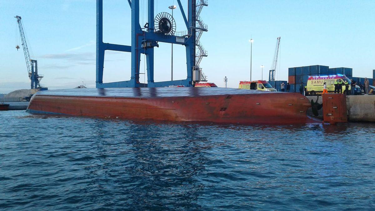 El buque volcado en el puerto de Castellón.