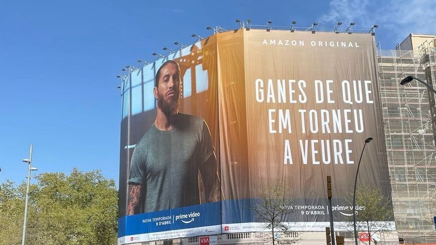 Amazon emula a Laporta con una lona gigante de Sergio Ramos en Barcelona
