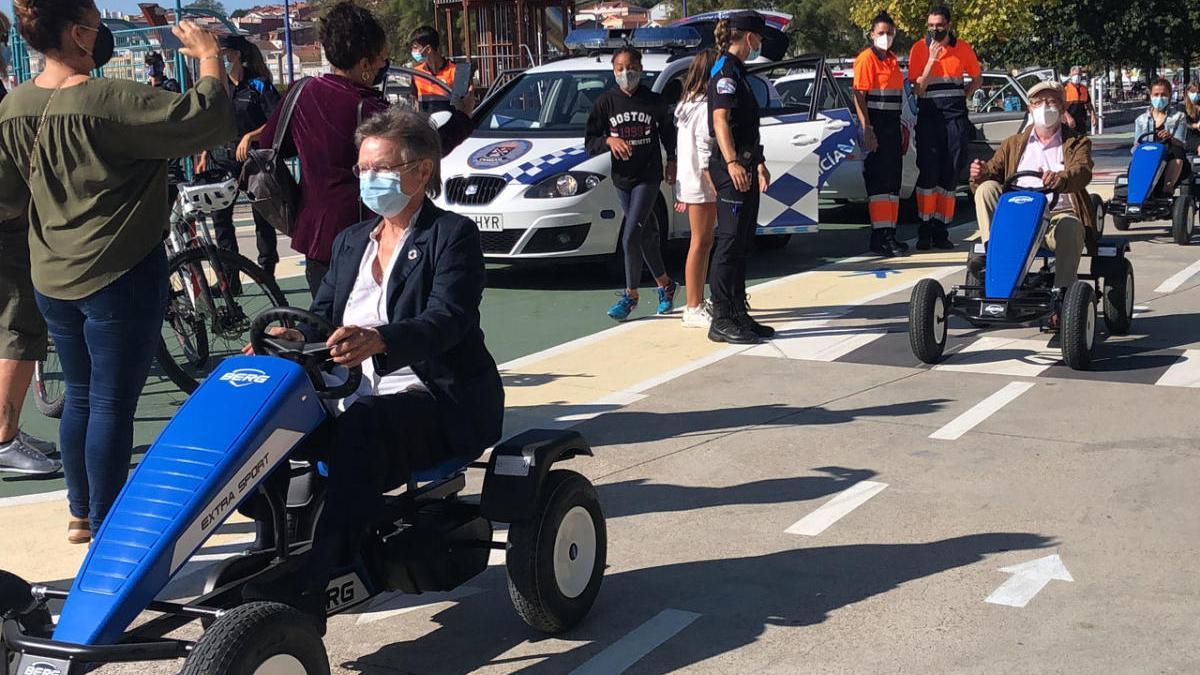 Jeanne Picard, esta mañana al volante de un kart seguida por el alcalde de Cangas. // G.Núñez