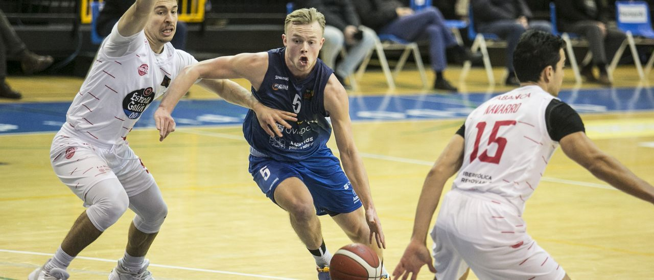 Harald Frey, con el balón, en el partido ante el Ourense