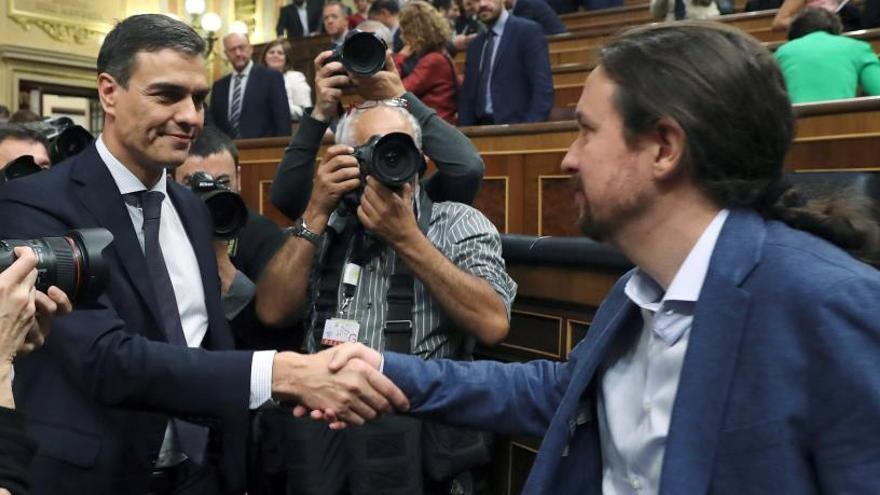 Pedro Sánchez y Pablo Iglesias se saludan.