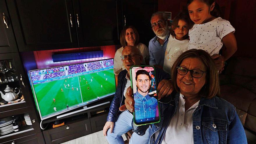 Los forofos de Loris Benito: así vivieron el partido de España los familiares del suizo con raíces asturianas