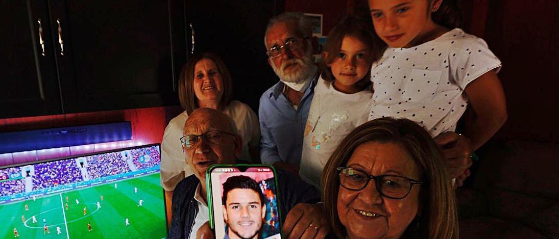 Por la izquierda, Isaac Benito, Julia González y Ángel Benito con sus nietas, Claudia y Sofía Gómez. En primer término, Merce Flórez muestra una foto de Loris Benito. | Miki López