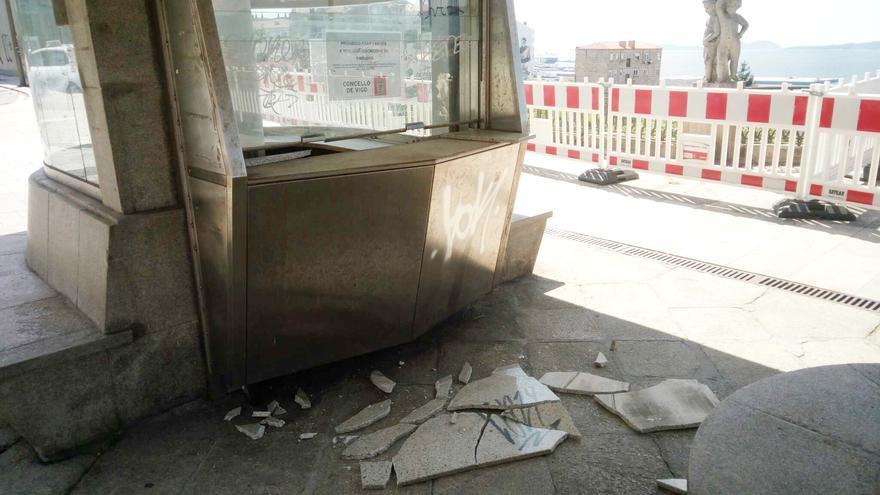 A pedradas con el quiosco del Paseo de Alfonso y a golpes con la Policía de Vigo