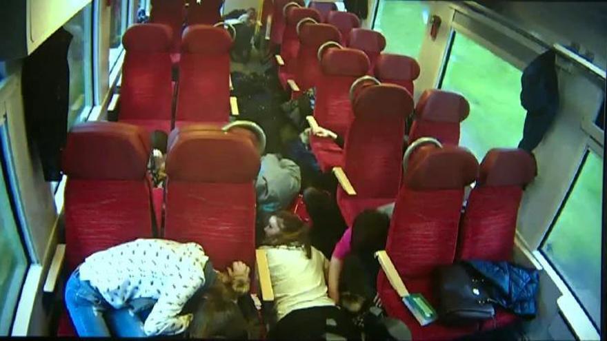 Un maquinista alerta a los pasajeros del tren de que están a punto de tener un accidente