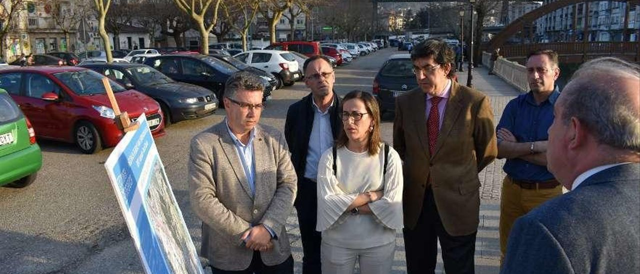 La conselleira de Infraestruturas, Ethel Vázquez, con el exalcalde Javier Bas, el pasado mes de febrero en la presentación de la reforma de la Avenida de Mendiño de Redondela. // FdV