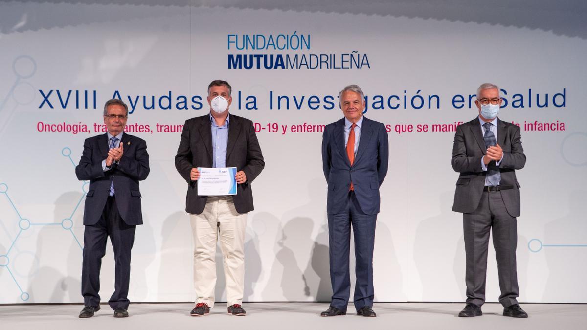 El doctor Juan Pérez Bárcena recibiendo la ayuda para el estudio sobre traumatismos craneales