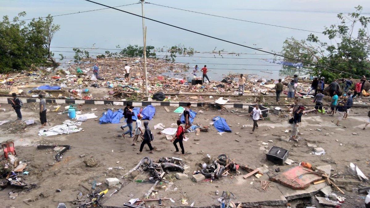 Al menos 384 muertos en el tsunami de Indonesia