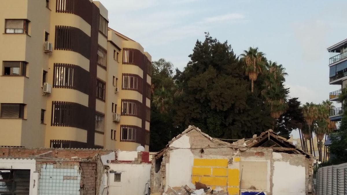 Solar en obras en la calle Eugenio Sellés de Pedregalejo y al fondo, el gran muro verde de los jardines de La Brise.