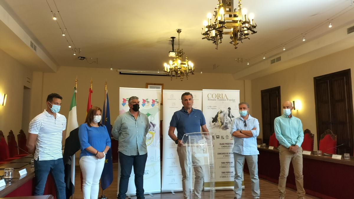 Alcalde y empresarios del sector taurino de Coria, ayer, en la presentación de los festejos programados.
