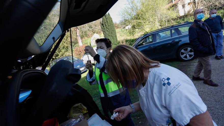 Vacunación bajo un hórreo en La Ferrería