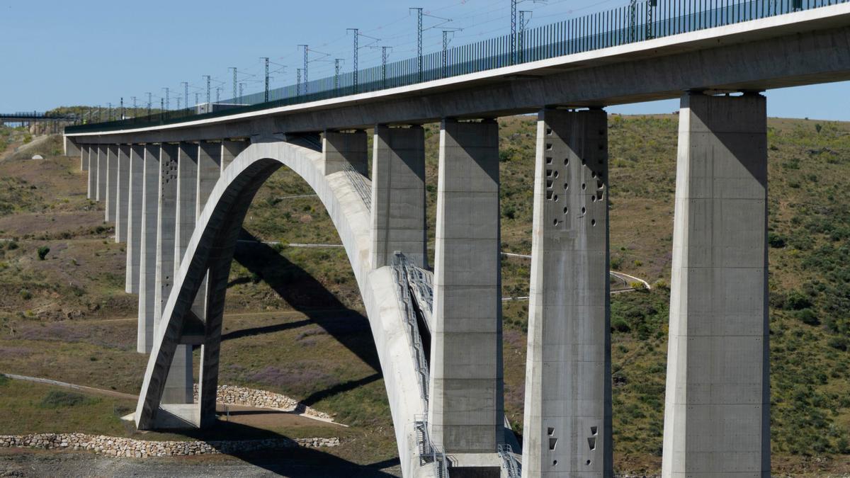 Imagen del viaducto de Almonte, donde se realizarán pruebas de carga.